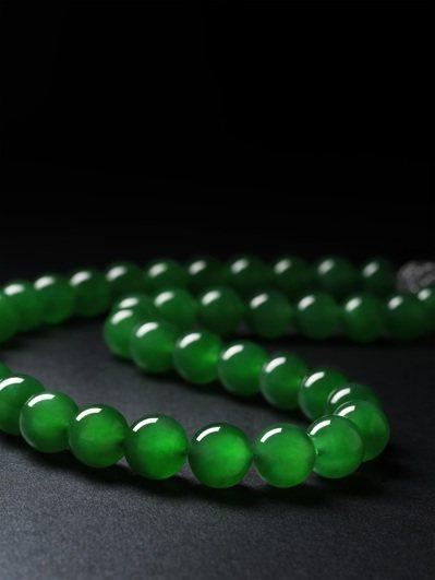 蘇富比「絶密競投:巧奪天工」專場推出的緬甸天然翡翠珠配鑽石項鍊。圖/蘇富比提供