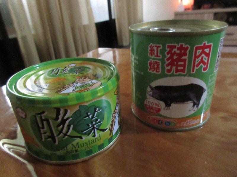 陳季芳上網訂購的豬肉與酸菜罐頭。圖/陳季芳提供
