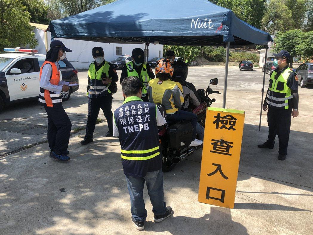 台南市環保局結合警方等單位聯合稽查與車輛改裝與超速噪音。圖/台南市環保局提供