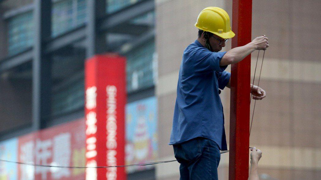 勞保局最近清查勞工退休帳戶,就發現至少勞工死亡超過三年以上,遺屬沒來領勞工退休金...