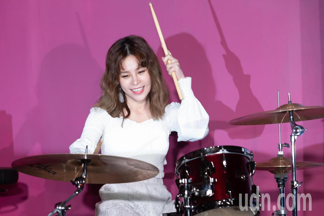 陳曼青在發表會上大秀鼓藝。記者季相儒/攝影