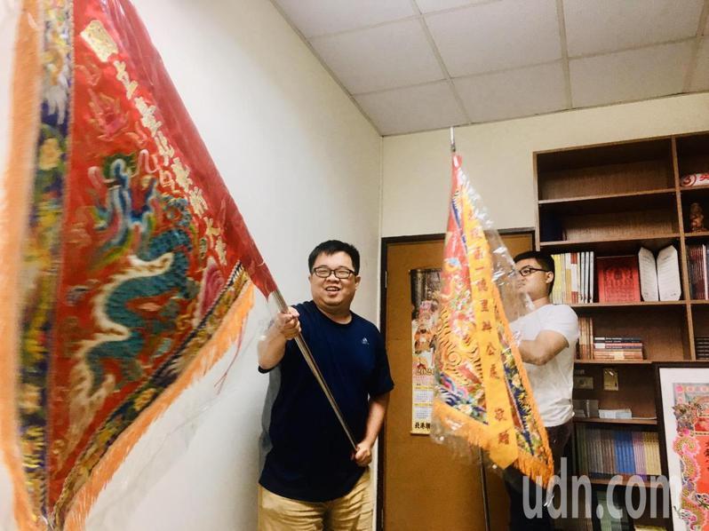 北藝大進香團製作複刻版的進香龍鳳團旗。記者蔡維斌/攝影