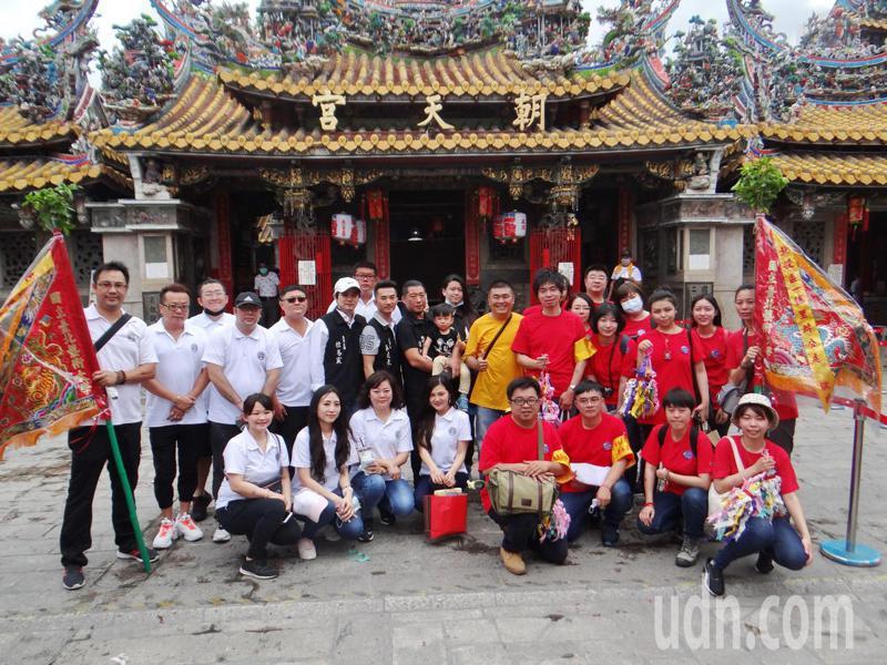 北藝大進香團(右紅衣者)和北港媽祖青年軍相見歡,兩年輕宗教團合照留念。記者蔡維斌/攝影