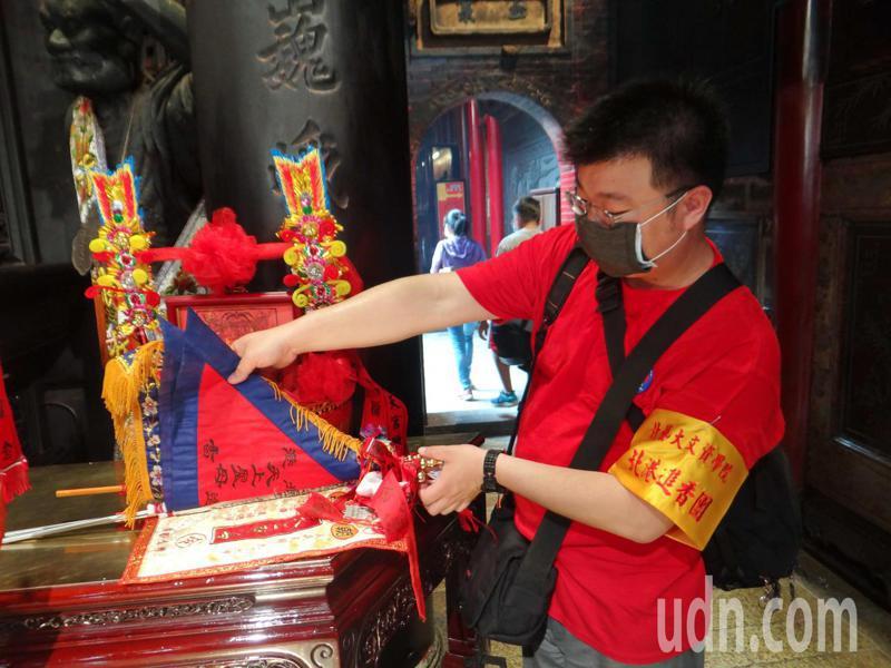 北藝大進香團製作複刻版的進香旗。記者蔡維斌/攝影