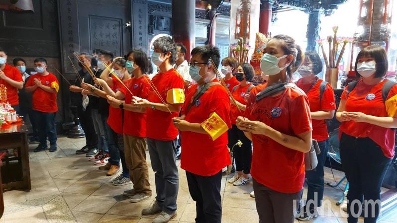 北藝大進香團也進行過爐團拜儀式。記者蔡維斌/攝影
