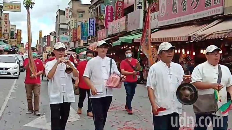 北港出動古早馬陣吹引領北藝大師生進香。記者蔡維斌/攝影