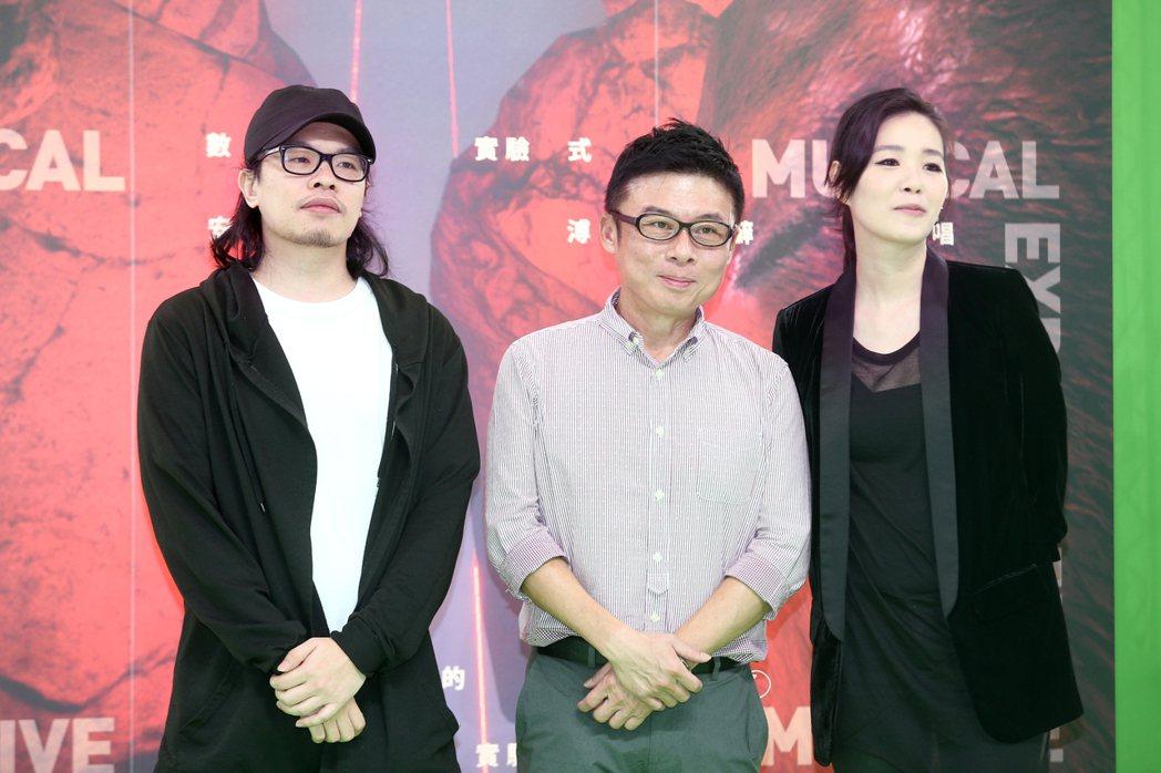 安溥(右)難得和老公蘇柏維同框,中為HTC Vive Originals總經理劉...