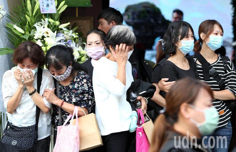 在錢櫃KTV林森店大火中罹難的四十三歲錢櫃員工林子晨下午舉行告別式,妻子(右二)與家屬難掩悲痛。記者侯永全/攝影