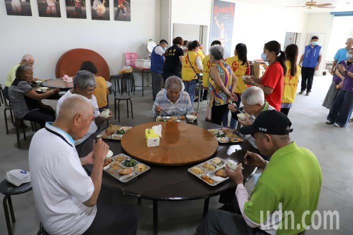 雲林縣長青食堂即日起恢復共餐,但採梅花座方式辦理,讓共餐者保持室內1.5公尺的社交距離。圖/雲林縣政府提供