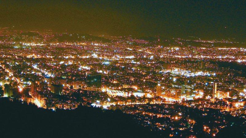 光害是都市問題之一,對鳥類、自然環境都有影響。圖/聯合報系資料照片