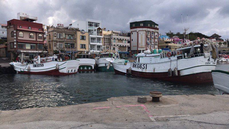琉球鄉漁民不滿屏東縣政府在白沙港內的交通港興建浮動碼頭,今天下午開漁船至浮動碼頭停泊抗議。記者陳弘逸/翻攝