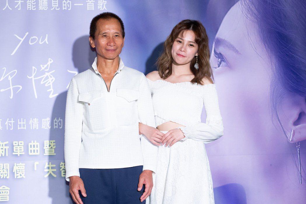 陳曼青(左)見著爸爸驚喜現身,忍不住眼眶泛淚。記者季相儒/攝影