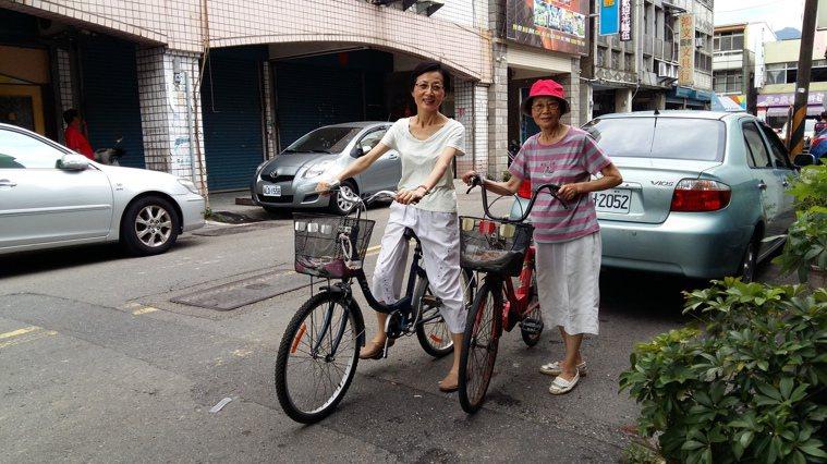 騎單車、曬太陽是保骨密的生活方式。圖╱梁純绣提供