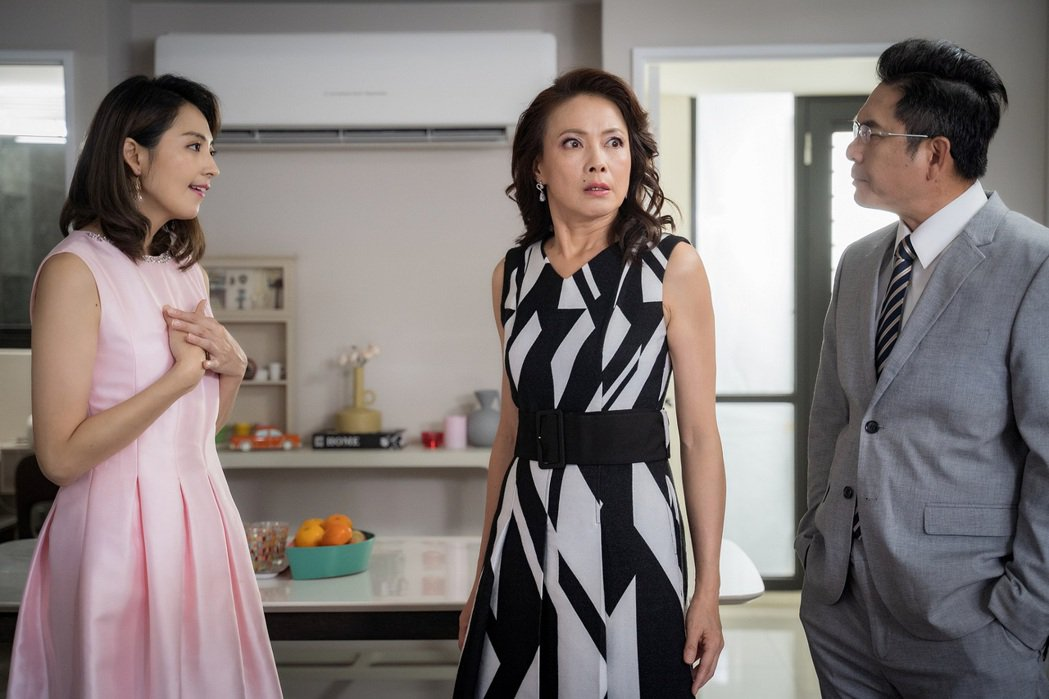 洪都拉斯(右起)、柯淑勤、阿喜模仿8點檔劇情狂笑場。圖/東森提供