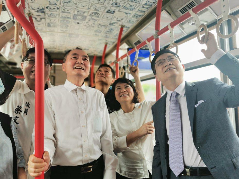 嘉义市长黄敏惠(中)陪同中华民国外贸协会董事长黄志芳(右),上嘉义市电动公共汽车参观内装。记者卜敏正/摄影