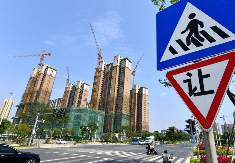 大陸發布4月70城市房價,其中有50城新房價格環比上漲。圖為福州市高新區一處新建住宅。 (中新社)