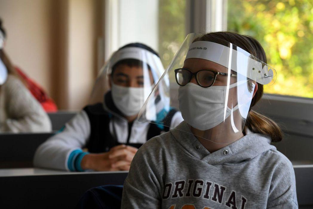 有些醫師建議,經濟重開後,戴上透明的塑膠面罩效果不輸給口罩,甚至更佳,連眼睛都受...