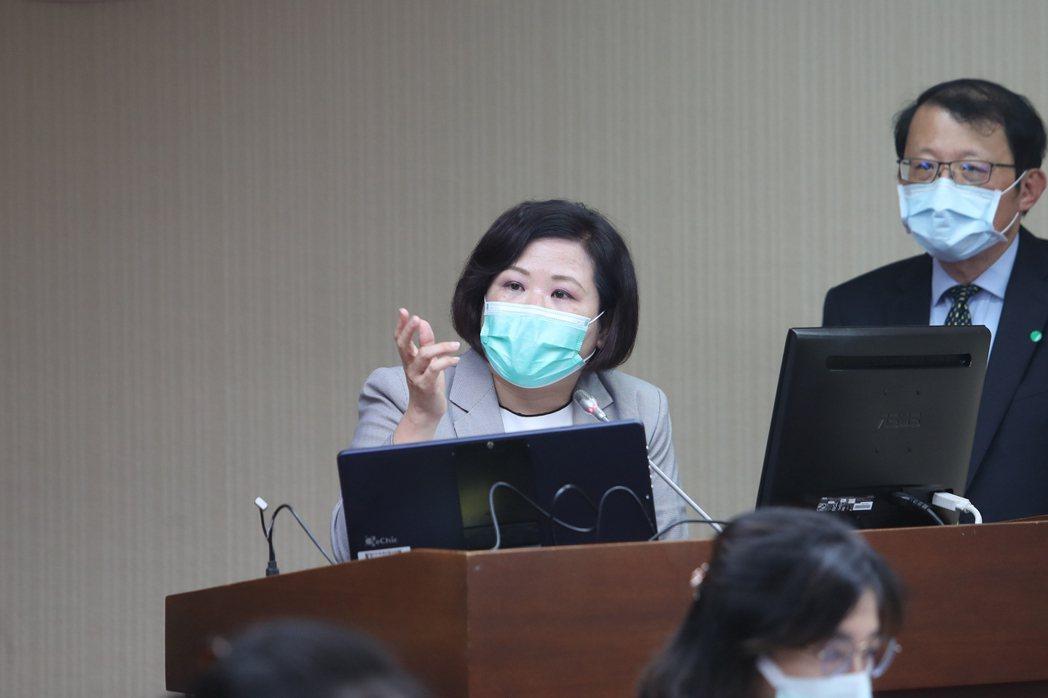 勞動部長許銘春(左) 中央社