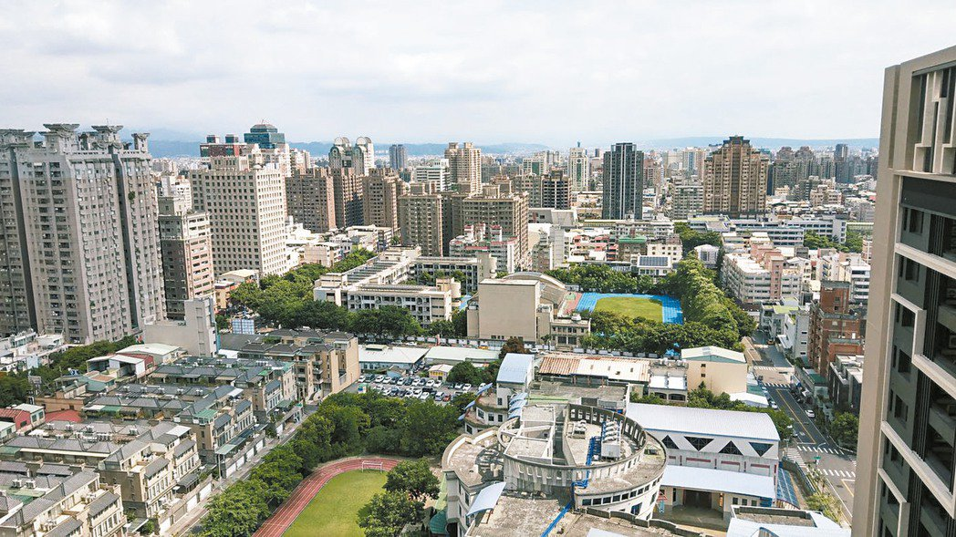 台中市11期重劃區房市發燒,業界評估,未來房價每坪將很快向「4」字頭靠攏。本報資...
