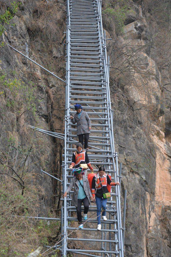 阿土列爾村村民曾經上下山都要在岩壁上攀爬,從而被稱為「懸崖村」。中新社