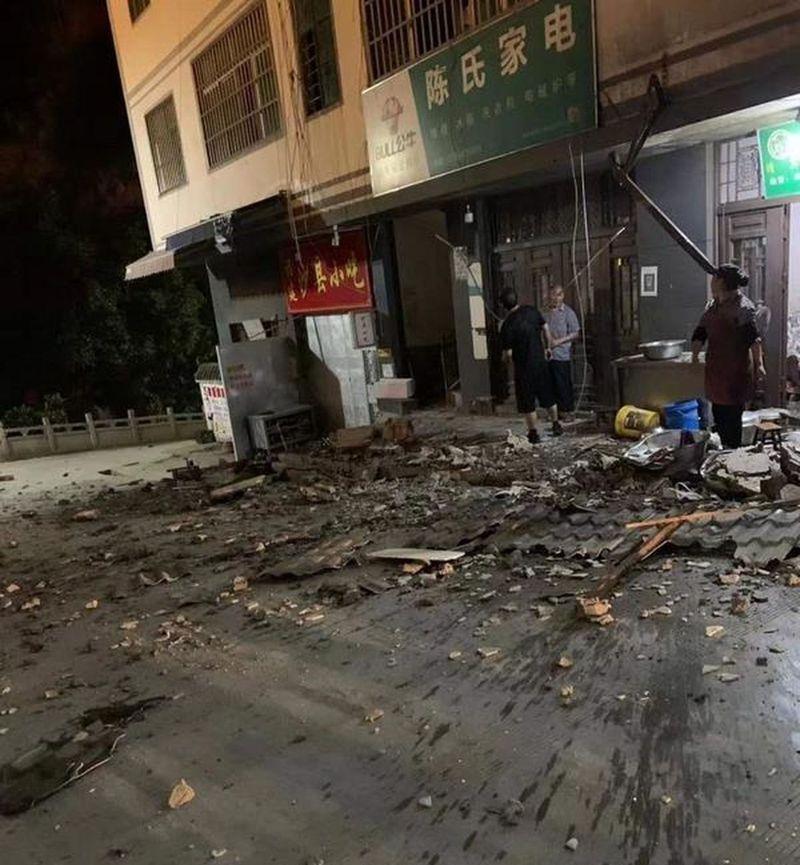 雲南巧家5.0級地震致2人遇難13人受傷,疑有1人被掩埋。取材自微博