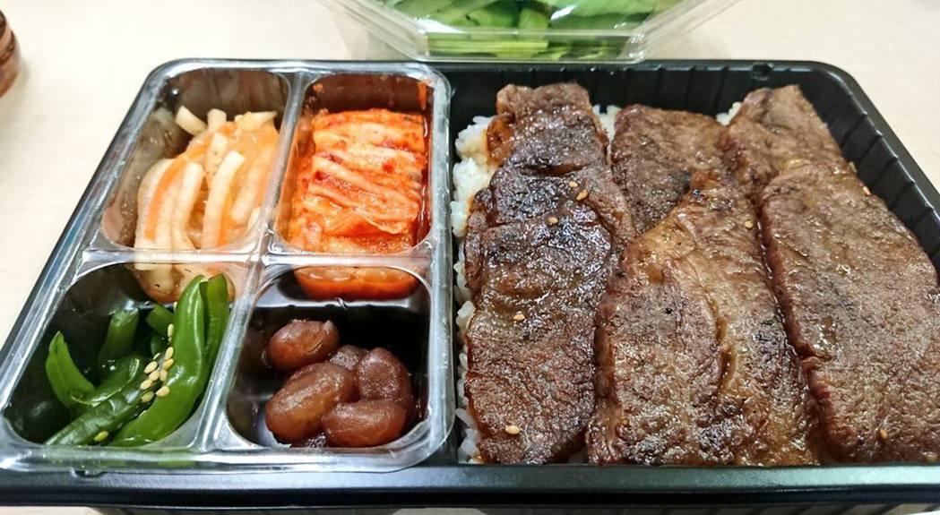 相中可見,便當盒相當吸引,有燒肉之餘亦配上不同的前菜。圖擷自Twitter @