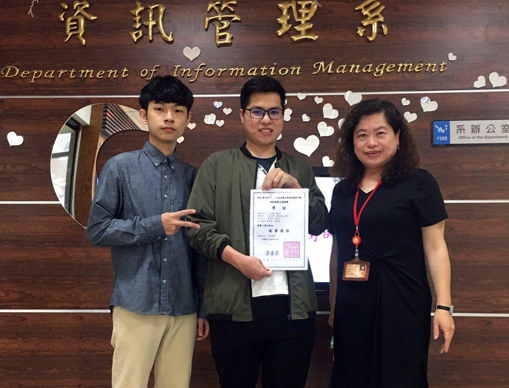 龍華科大資管系主任陳佳莉(右一),指導同學參加CUTe企管盃創新服務企劃競賽獲得...
