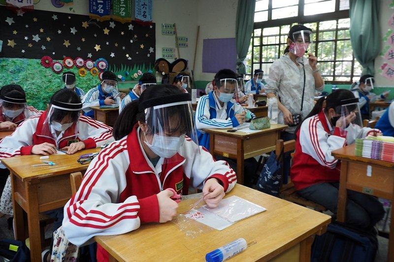 台灣在防疫中的努力有目共睹,但人民隱私在緊急應變的權宜中所付出的代價,卻還沒機會好好盤點。 圖/歐新社