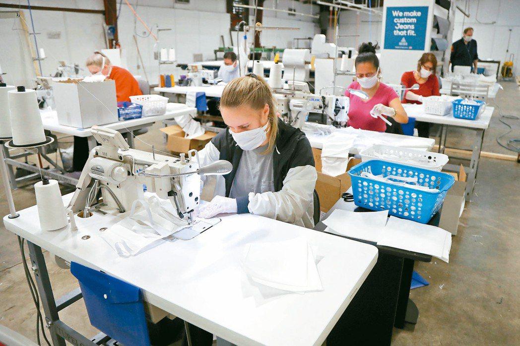 美國密西西比州香農鎮一家專做訂製牛仔褲的成衣廠,為了對抗新冠肺炎疫情,轉而生產口...