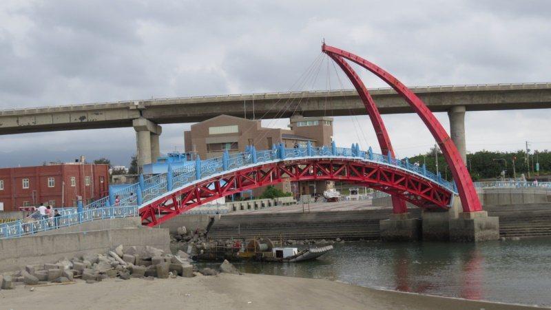 苗栗縣苑港漁港彩虹景觀橋是重要地標,又有情人橋之稱。 圖/范榮達 攝影