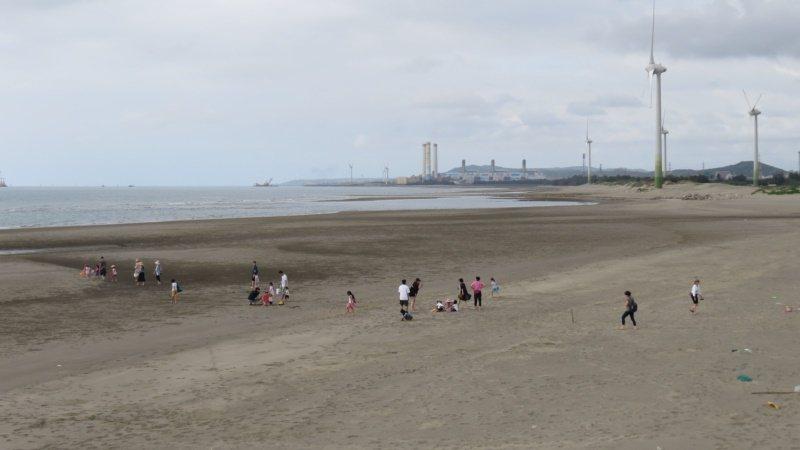 苗栗縣苑港漁港北岸是大片沙灘視野遼闊,也是玩沙天堂。 圖/范榮達 攝影