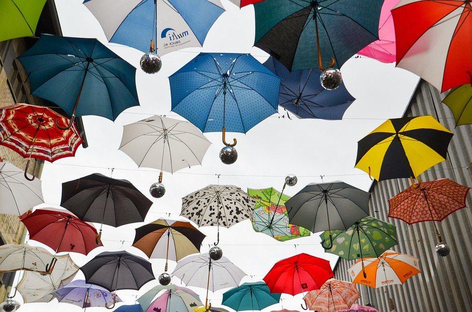白天外出時要穿戴衣帽、太陽眼鏡遮蔽紫外線,善用遮陽傘或建築地物製造的陰影來躲避陽...