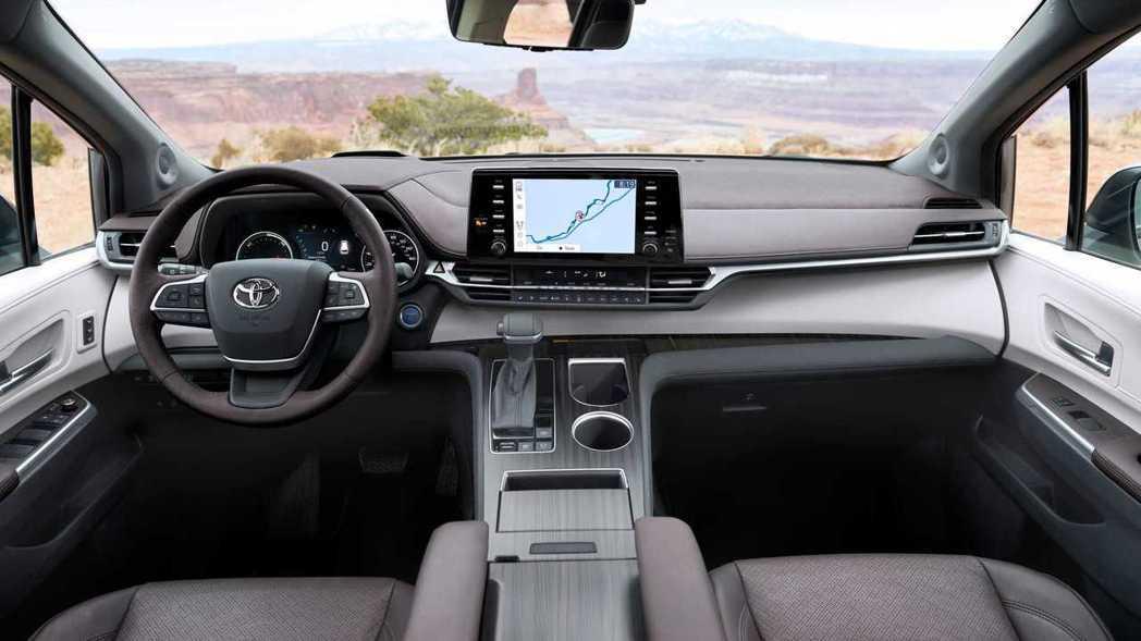 Toyota Sienna中控採多層次堆疊設計,搭配軟塑膠、皮革等材質提升質感。...