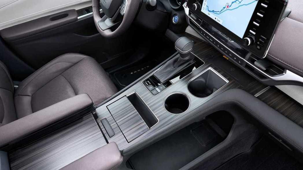 中央鞍座髮絲紋飾板的質感十分優異。 摘自Toyota
