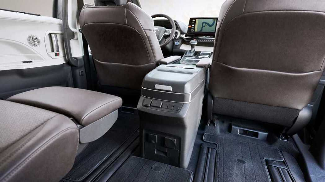 第二排座位可前後滑移63.5mm,加上可調式腳凳功能讓乘坐舒適度提升。 摘自To...