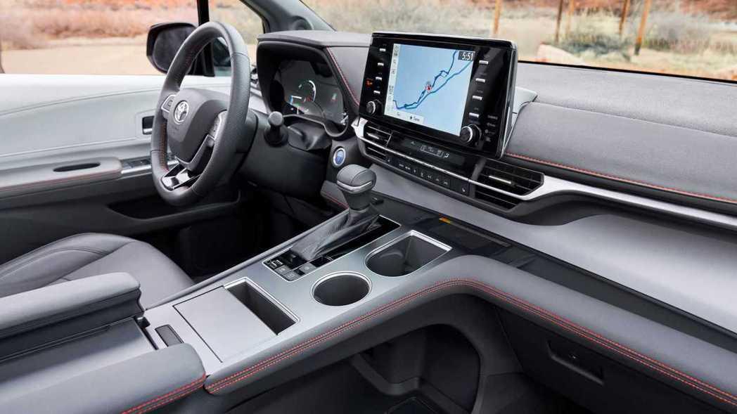 排檔座下方則有簍空的置物空間。 摘自Toyota