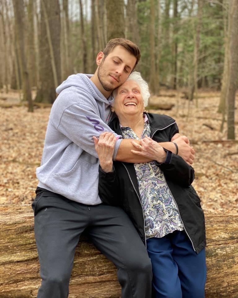 因為疫情關係,Smith和奶奶被隔離一個多月沒碰面,日前終於見到彼此,又再合體了...