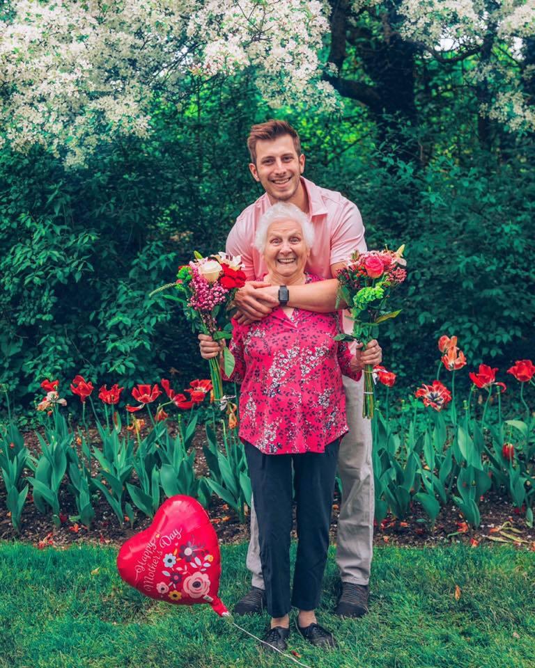 這對爆笑可愛又高顏值的祖孫二人,去年母親節就已經為我們示範「粉紅」有多好看。 圖...