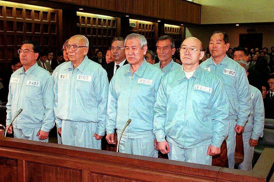 因光州事件,全斗煥前總統在1997年遭判處無期徒刑,並得繳交2,205億韓元(新...