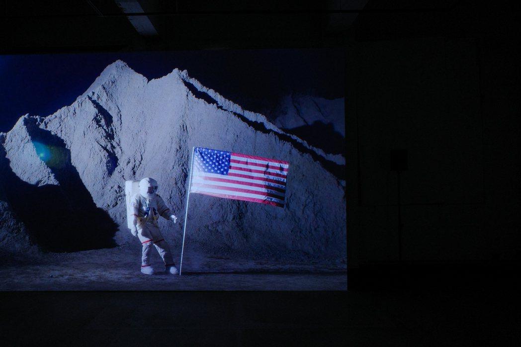 此次展覽展出姚瑞中四件全新的錄像創作,分別取材自1969年登陸月球、1979年反...
