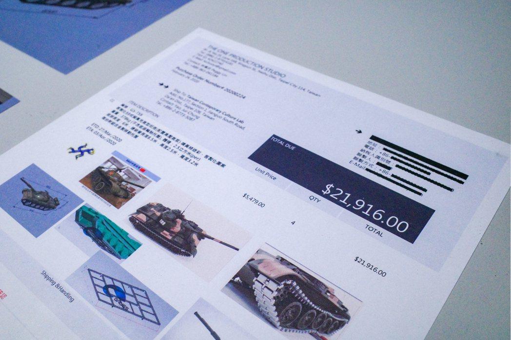 姚瑞中也展出錄像作品《犬儒共和國:1989》使用的的坦克裝置與其相關文件,包括運...