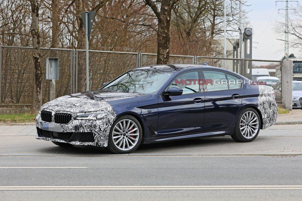 小改款BMW 5 Series輕度偽裝車。 摘自Motorgraph.com