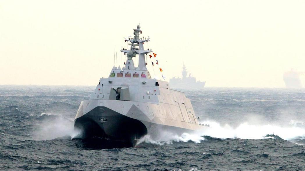 2015年1月海軍元旦戰備巡弋操演,PG-618沱江艦高速掠過。 圖/國防部發言人臉書