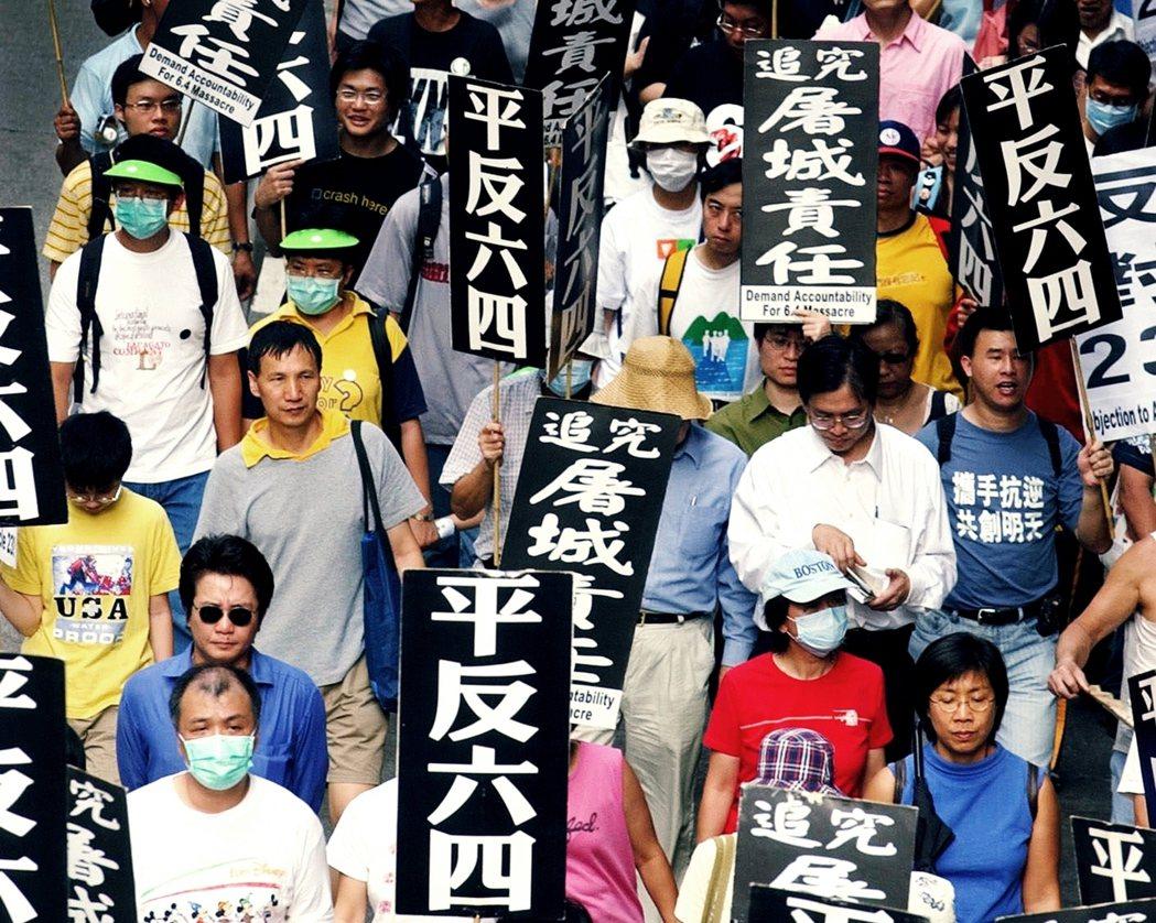 圖為2003年SARS流行期間,香港街頭上的六四紀念活動。 圖/美聯社