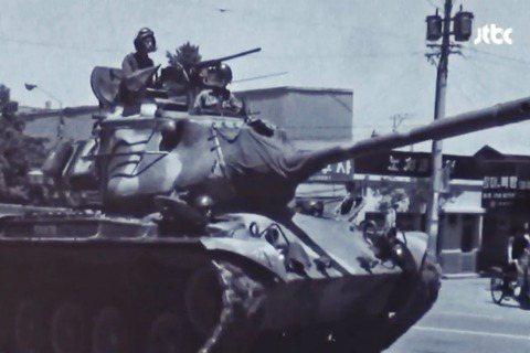 「全斗煥說,戒嚴軍會集體開炮的契機,是因為有空輸隊員死於市民軍裝甲車下...JT...