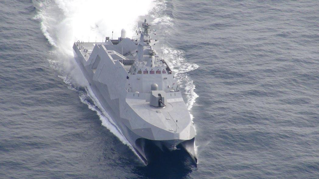 沱江艦奔馳於海上的俯視照。 圖/國防部發言人臉書(海軍司令部照片提供)