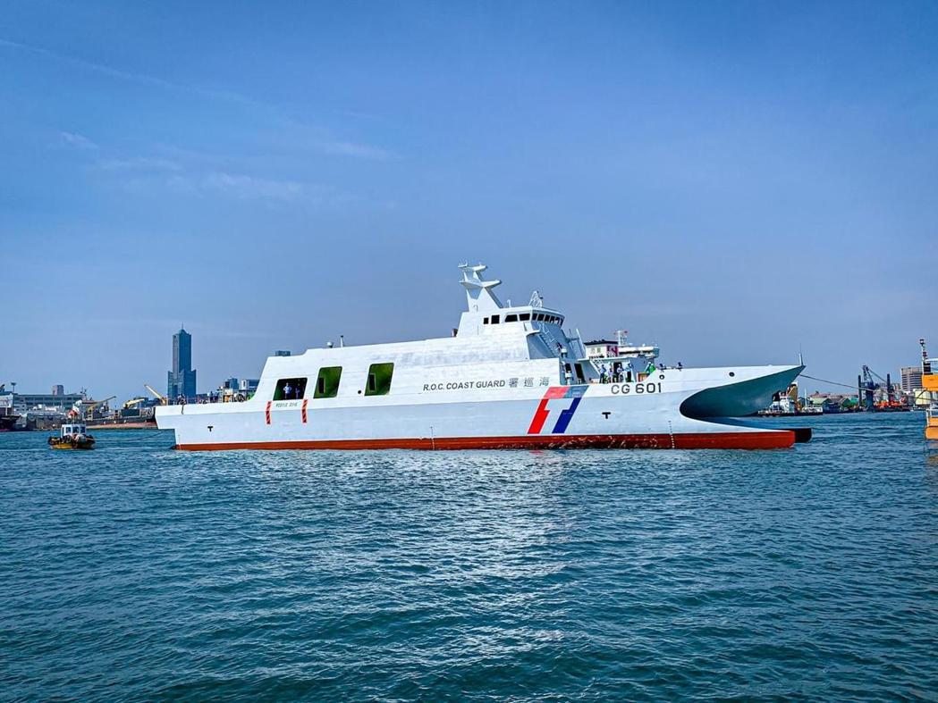 下水後的CG601安平艦,此時仍是「空船」,須待中科院人員登船艤裝鎮海火箭彈、雄風反艦飛彈射控系統與管線,且測評通過後,才能加入南部機動海巡隊服勤。  圖/海巡署長室臉書