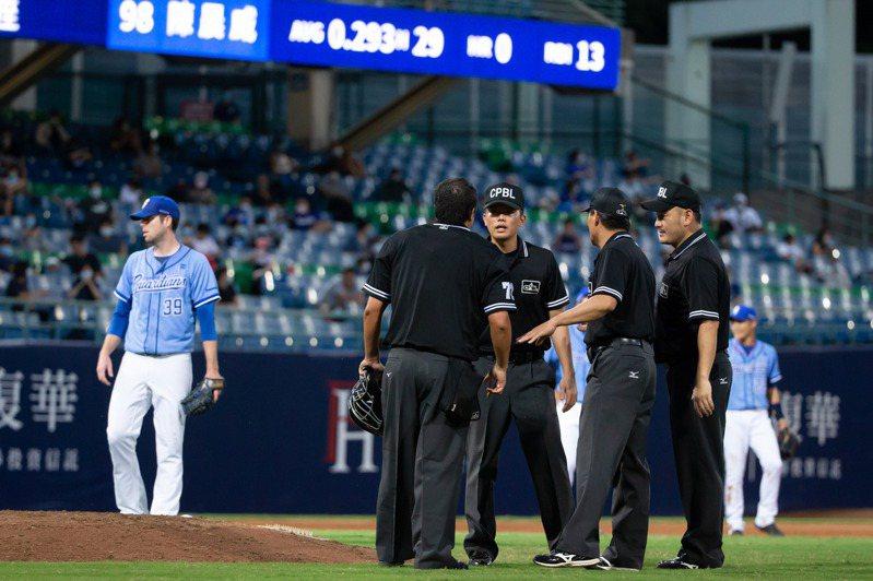 爭議判決發生後才開會討論常常為時已晚,應當從裁判問題檢討,減少場上爭議,台灣棒球才會更加進步。  聯合報系資料照片