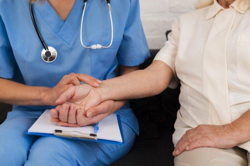 建議家人可製作健康手冊,紀錄就醫狀況,以免長輩記性不好,容易忘記醫囑。 圖/fr...