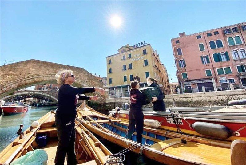 威尼斯當地人發起許多公益活動 疫情期間划船送菜  / 來源:rowvenice